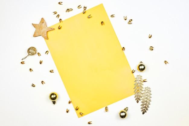Papel vacío decorado con adornos navideños, galletas en forma de estrella y piñas. decoraciones navideñas con papel en blanco