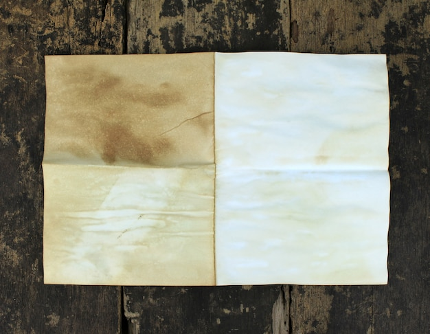 Papel viejo sobre madera envejecida marrón