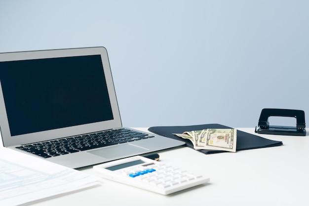 Papeleo en la oficina y laptop en el escritorio