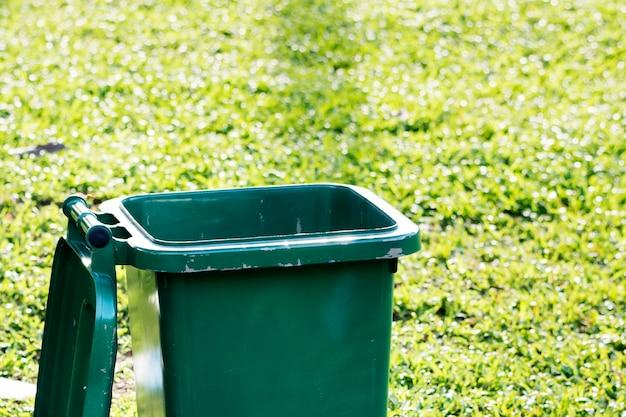Papelera de reciclaje abierta en la campaña del día de la tierra del campo de hierba