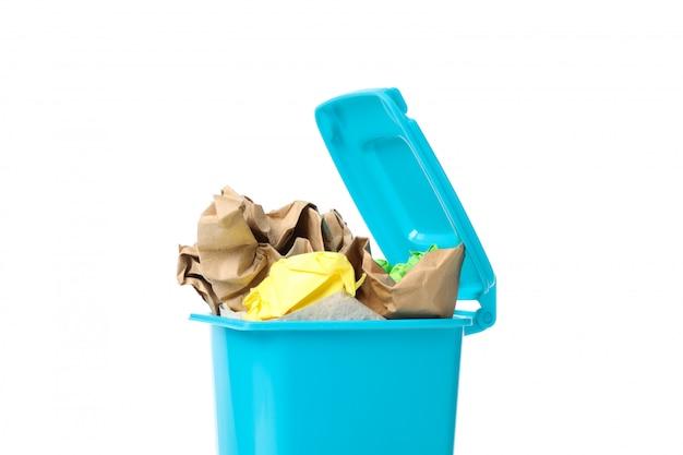 Papelera de reciclaje con basura aislado sobre fondo blanco.