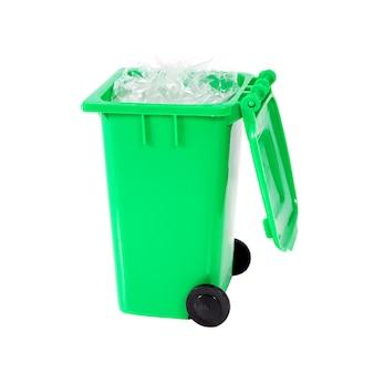 Papelera de reciclaje completamente verde con plástico