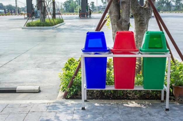 Papelera de reciclaje en la gasolinera.