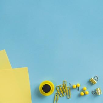 Papelería amarilla en el escritorio
