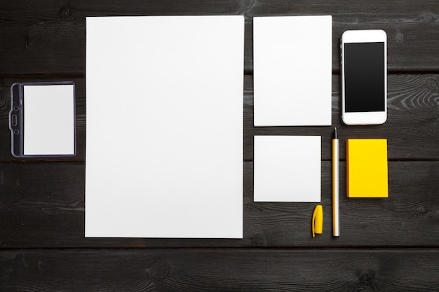 Papelería en blanco de identidad corporativa en mesa de madera con estilo negro. branding, presentaciones de negocios y carteras.