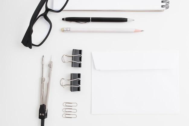 Papelería en blanco y negro sobre mesa blanca