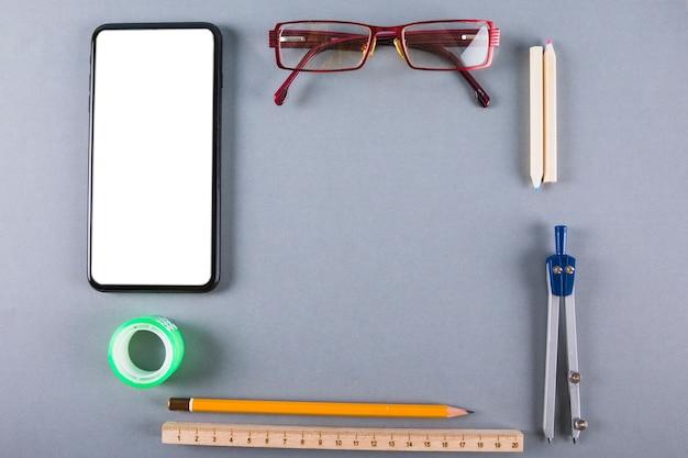 Papelería cerca de teléfonos inteligentes y gafas