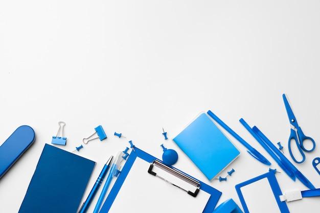 Papelería de color azul establecida como patrón con espacio de copia en blanco, plano.
