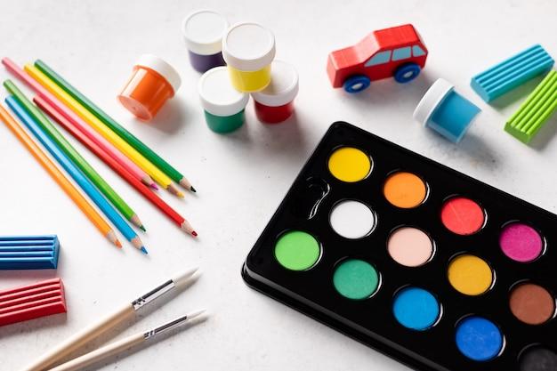 Papelería colorida en mesa blanca