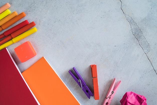 Papelería colorida con rotuladores y cuadernos.