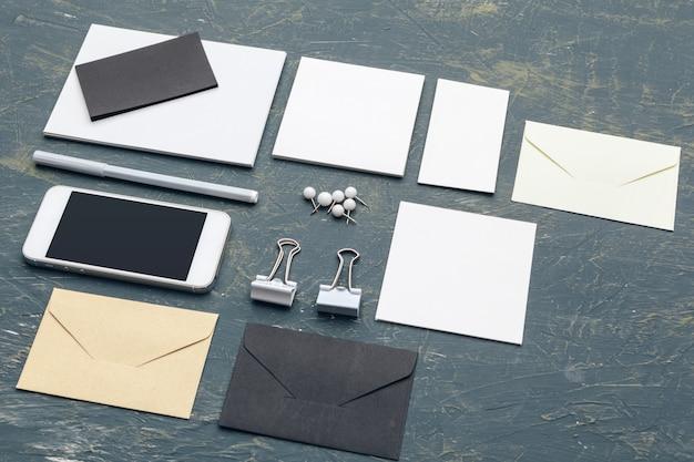 Papelería corporativa, maqueta de marca, sombras profundas, con trazado de recorte