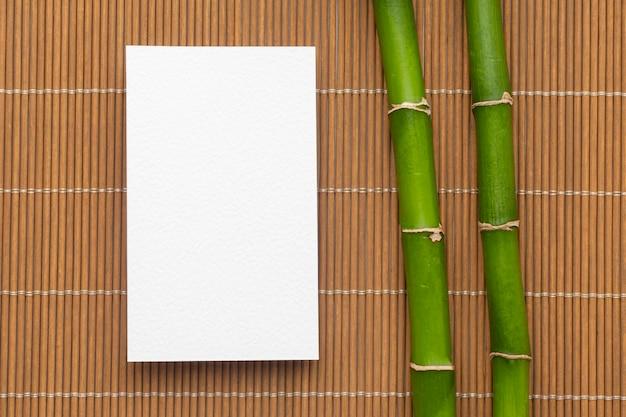 Papelería corporativa tarjetas de visita en blanco y bambú.