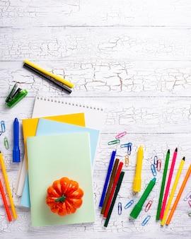 Papelería de diferentes colores para estudiante.