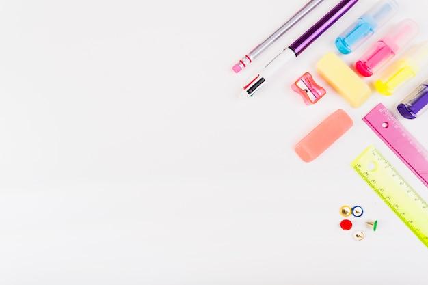 Papelería escolar colorida desde arriba