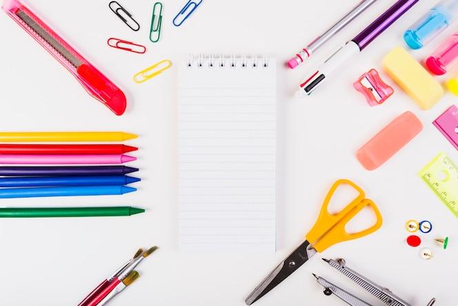 Papelería escolar con bloc de notas en el centro