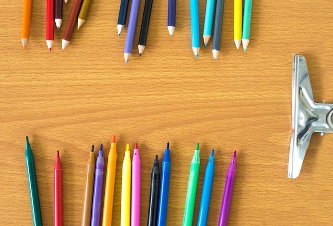 Papelería escolar en la estructura de la mesa - regreso a la escuela