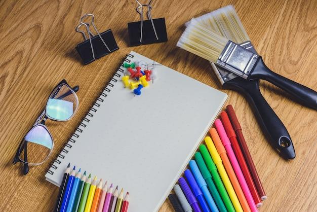 Papelería escolar y material de oficina.