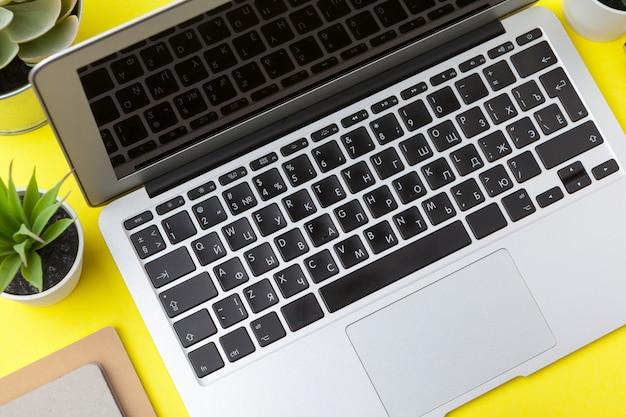 Papelería escolar en una mesa amarilla,. plantilla colorida creativa y educativa