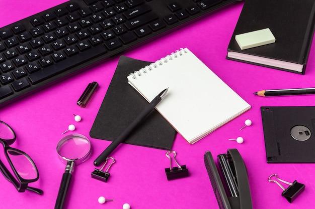 Papelería escolar en un rosa. suministros creativos de regreso a la escuela