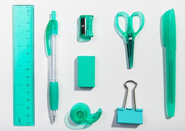 Papelería escritorio azul artículos disposición vista superior
