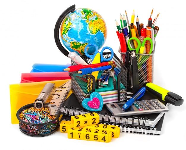 Papelería con estuche y material escolar sobre mesa