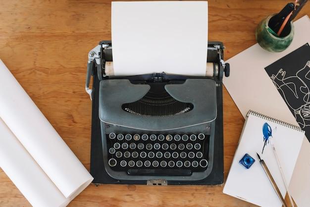 Papelería miente alrededor de la máquina de escribir