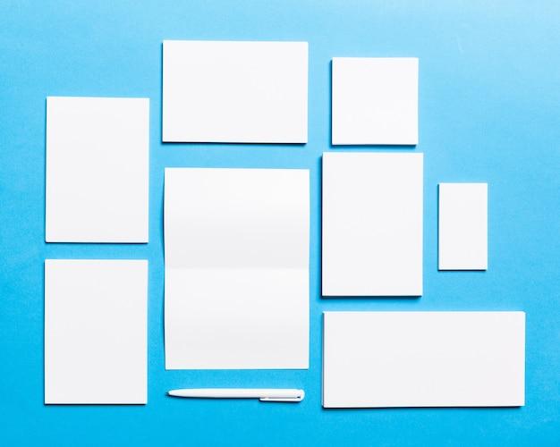 Papelería de oficina en blanco organizada para presentación de la empresa.