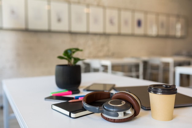 Papelería de oficina diferente dispuesta en mesa blanca en oficina de trabajo conjunto