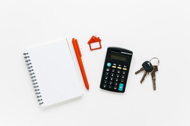 Papelería de oficina y llaves aisladas sobre fondo blanco
