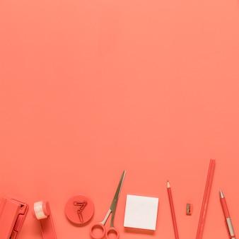 Papelería de oficina sobre fondo rojo