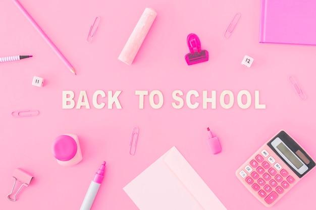 Papelería rosa alrededor de la escritura de la escuela