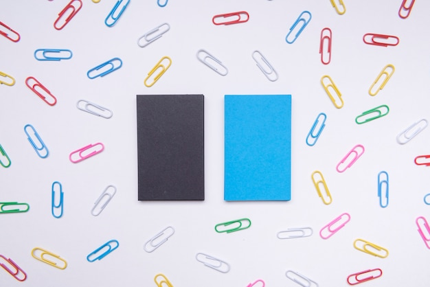Papelería tarjetas de visita de negocios rodeadas de clips