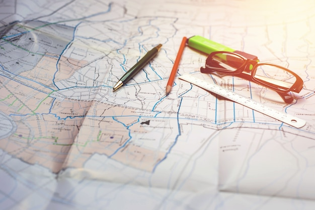Papelería utilizada para tomar notas en un mapa