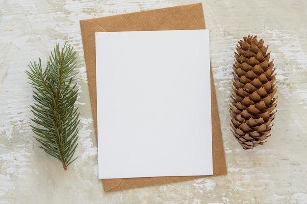 Papelería de vista superior, papeles vacíos con agujas de pino y cono