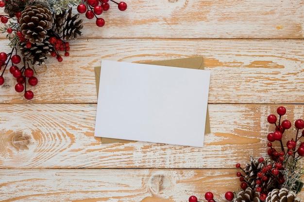 Papelería vista superior papeles vacíos con flores de navidad
