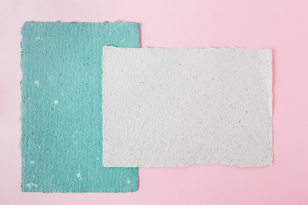 Papeles azules y blancos