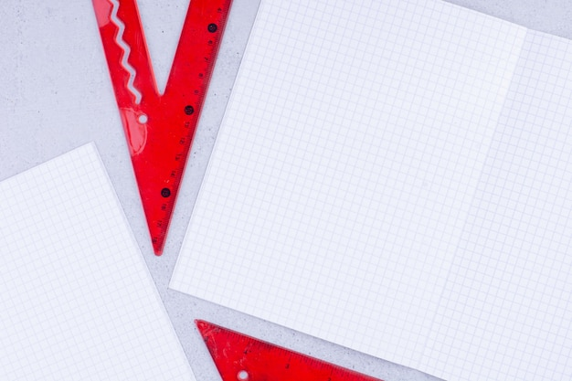 Papeles en blanco con regla roja para medir y dibujar