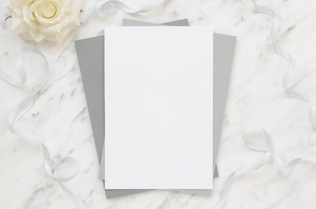 Papeles en blanco sobre mesa de mármol