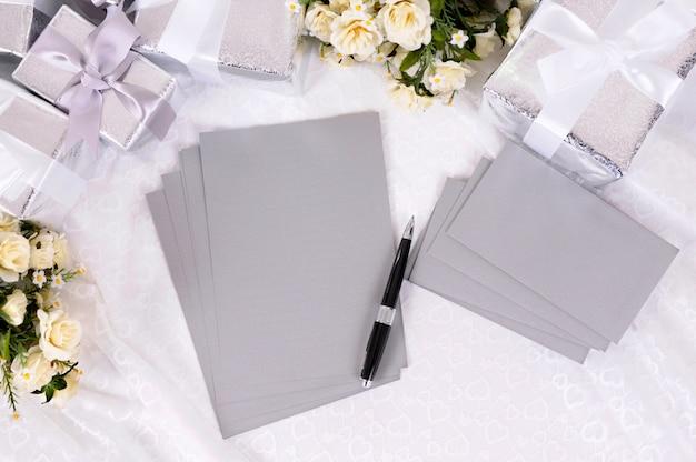 Papeles de boda en blanco con regalos