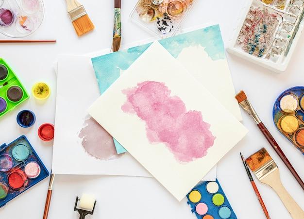 Papeles de colores y disposición de paleta de colores en caja