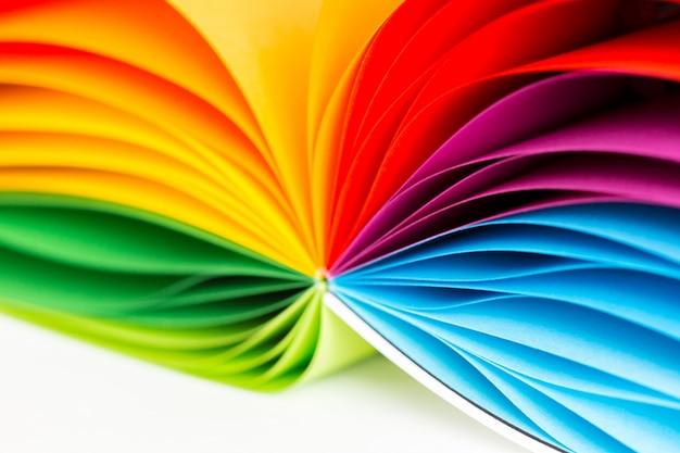 Papeles de colores sobre blanco