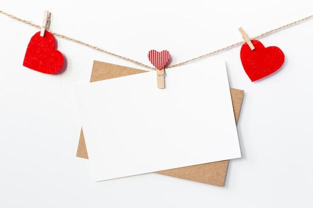Papeles con corazones en cuerda para el día de san valentín