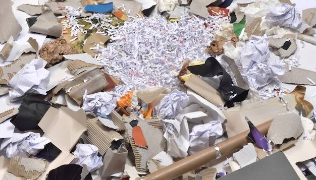 Papeles dentro de un contenedor para ser reciclados,