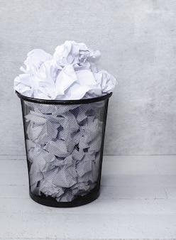 Papeles desperdiciados en el basurero