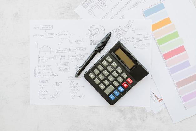 Papeles con estrategia empresarial y calculadora.