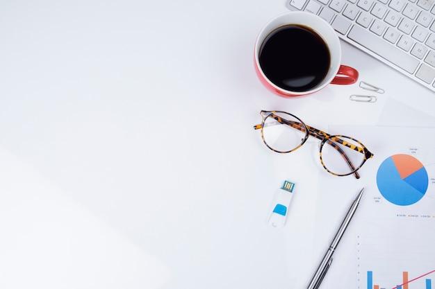Papeles de negocios y café sobre mesa blanca
