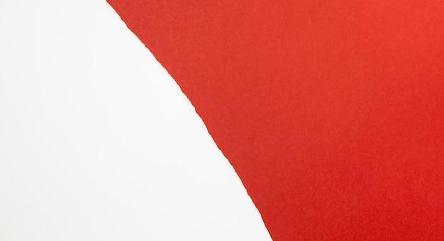 Papeles rojos y blancos