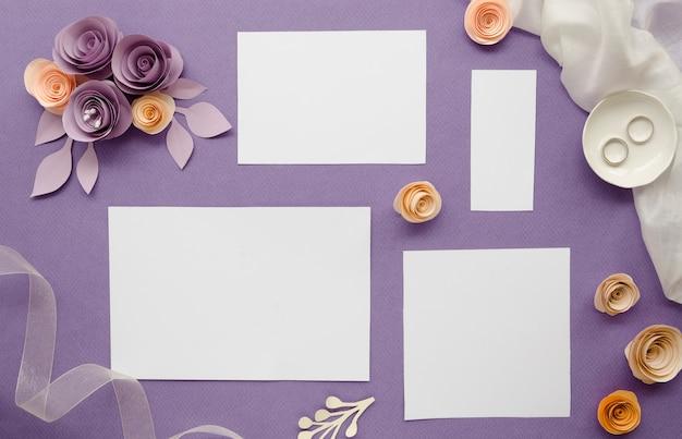 Papeles vacíos con flores de papel
