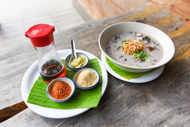 Papilla de arroz o arroz - arroz hervido con setas shiitake de cerdo y verduras