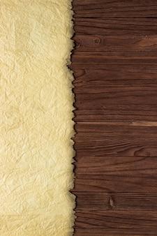 Papiro antiguo sobre una mesa de madera, pared de madera y papel limpio